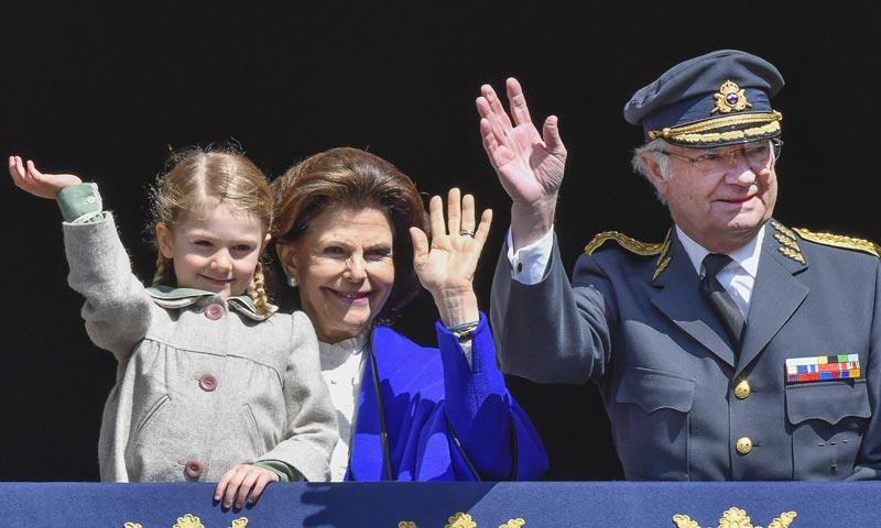 Los príncipes Estelle y Oscar de Suecia eclipsan al rey Carlos Gustavo en su 71 cumpleaños