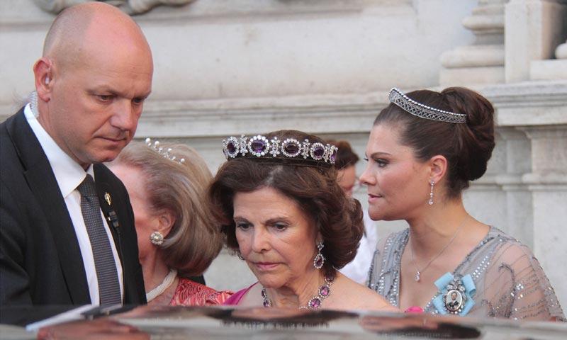 Silvia y Victoria de Suecia, perfectas invitadas a una boda en la Catedral de Mallorca