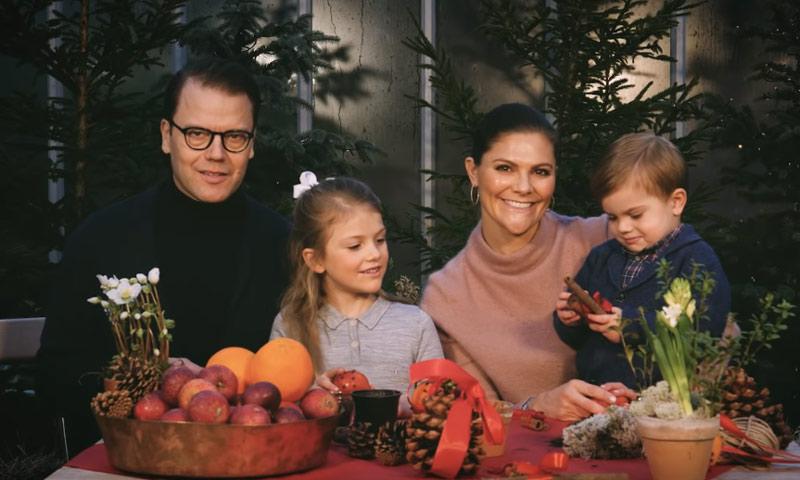 Cantando y preparando adornos navideños, así nos felicitan las fiestas Victoria de Suecia y su familia