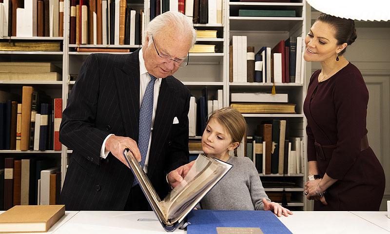 La pequeña Estelle descubre junto a su abuelo y su madre la historia que esconde la biblioteca de Palacio