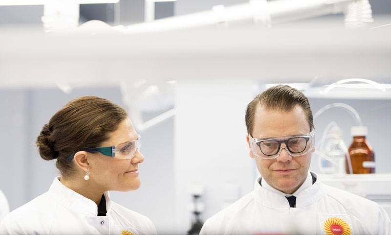 Victoria y Daniel de Suecia, investigadores de laboratorio por un día