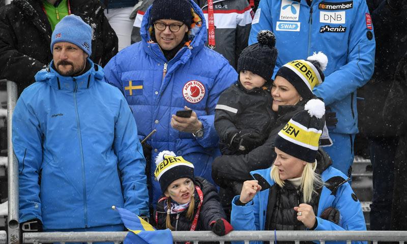 FOTOGALERÍA: Los príncipes de Noruega y Suecia demuestran su gran amistad en la nieve