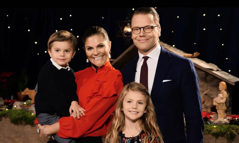 Con música y bengalas: así han felicitado Oscar y Estelle de Suecia la Navidad junto al Belén
