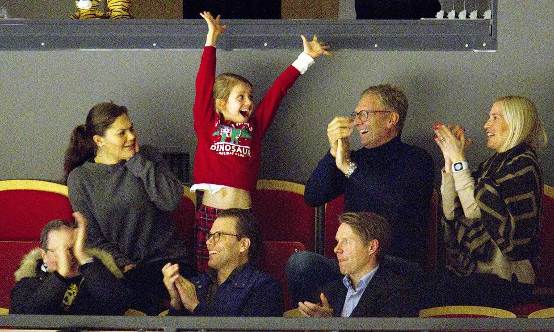 ¡Qué ternura! No te pierdas las mil expresiones de Estelle de Suecia viendo un partido de hockey
