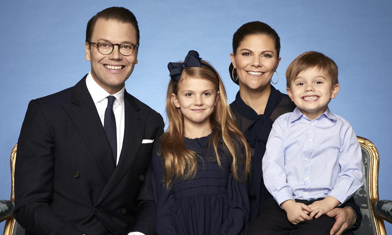 El detalle más divertido y espontáneo en las nuevas fotos oficiales de Victoria de Suecia y su familia