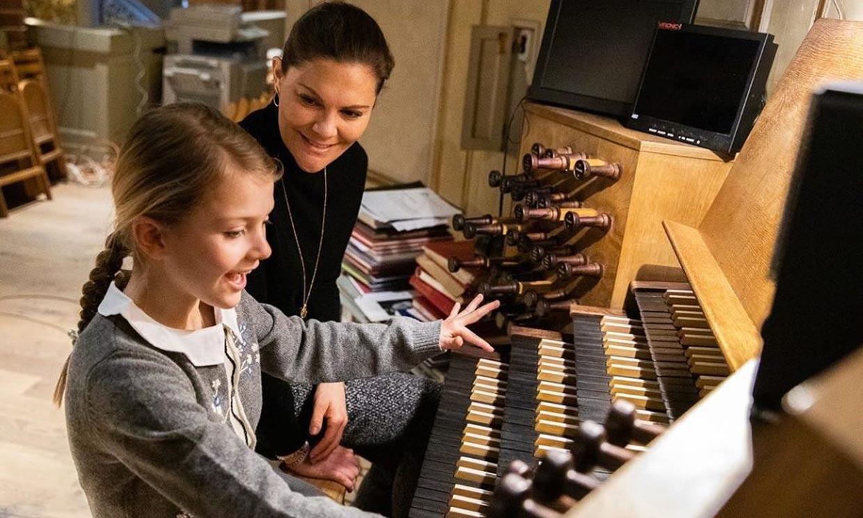 Estelle de Suecia aprende a tocar el órgano en un nuevo capítulo de 'Escuela de Reinas'
