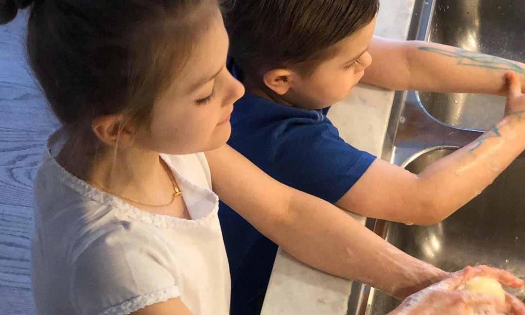 Estelle y Oscar de Suecia se protegen en tiempos de contagio