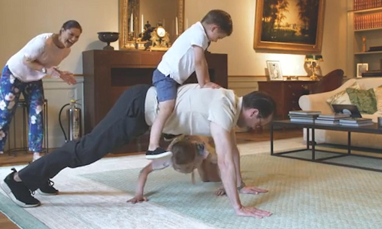 El divertido momento en el que los príncipes Estelle y Oscar ponen a su padre a hacer deporte