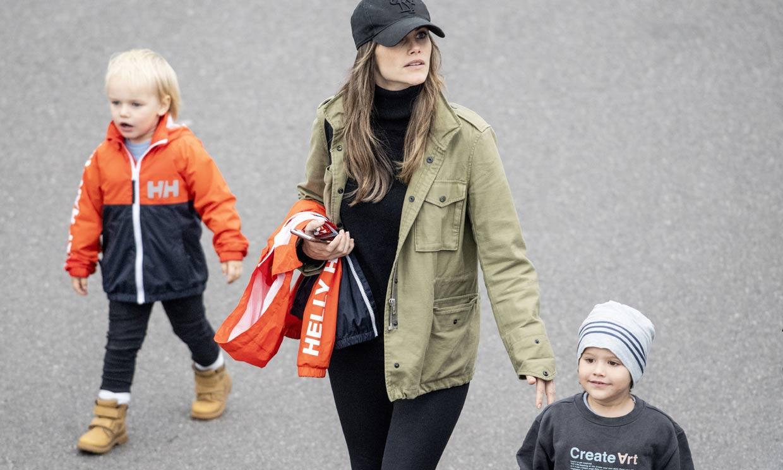 ¡A toda velocidad! Carlos Felipe de Suecia compite en una carrera con su mujer y sus hijos como admiradores