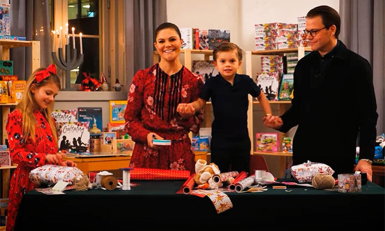 Estelle y Oscar de Suecia, los elfos navideños más simpáticos preparando regalos
