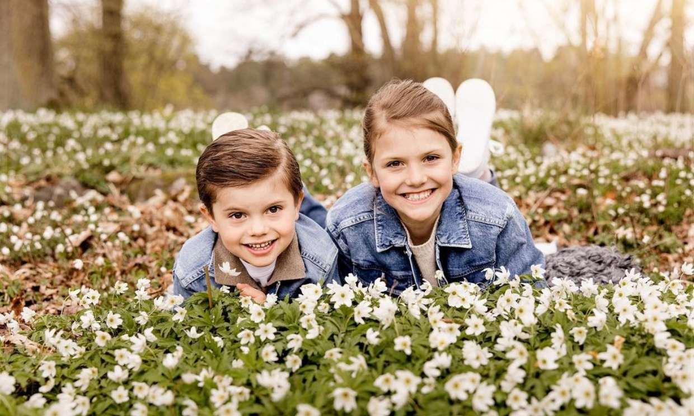 Estelle y Oscar de Suecia, protagonistas de un primaveral posado al que se suma un inesperado invitado