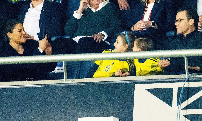 La princesa Victoria, Daniel de Suecia y sus hijos unos forofos más en el fútbol