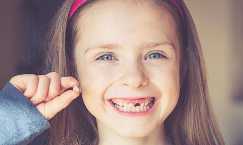 ¿Por qué algunos adultos conservan los dientes de leche?