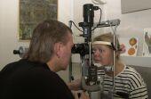 Oftalmólogo explorando a una paciente