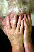 Mujer cubriéndose la cara