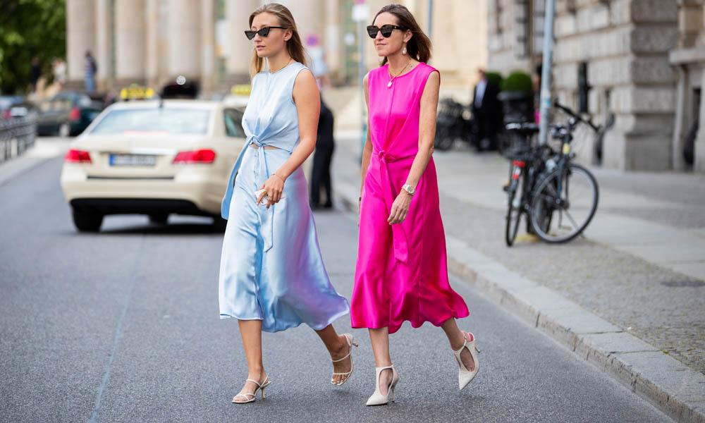 Encuentra aquí los vestidos satinados más bonitos en colores con efecto 'luz' sobre la piel