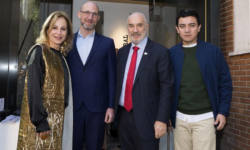 El embajador de Colombia en España y su esposa, anfitriones de una exposición en su residencia