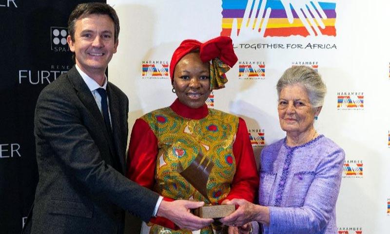 Teresa de Borbón-Dos Sicilias entrega el premio Harambee a la doctora Ozo Ibeziako