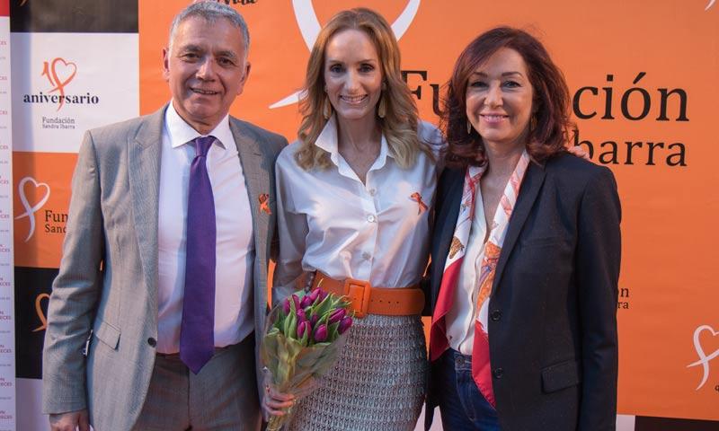 Ana Rosa Quintana y el Padre Ángel arropan a Sandra Ibarra en el 10º aniversario de su fundación