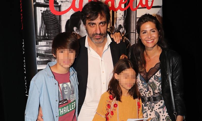 Nuria Roca acompaña a su marido, Juan del Val, en la presentación de su novela 'Candela'