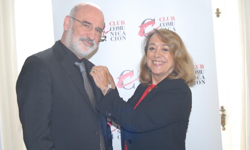 Fernando Aramburu, distinguido con la 'C de Oro' del Club de la Comunicación