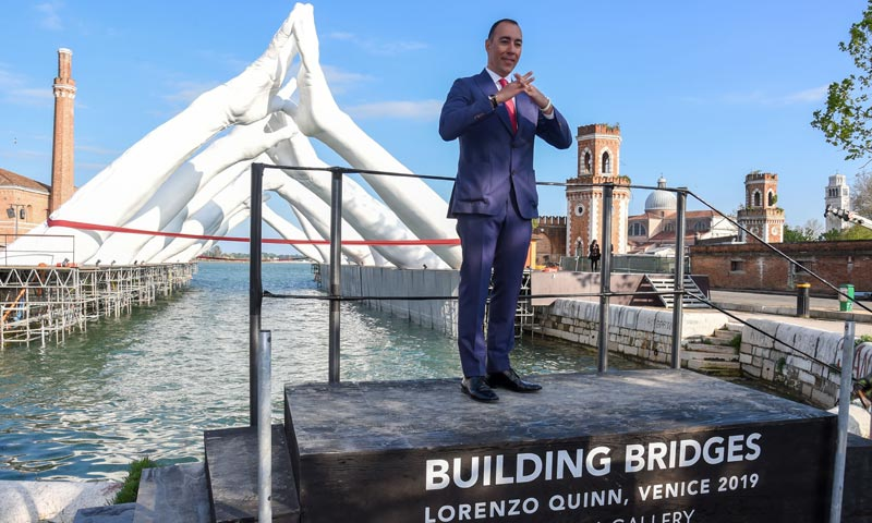 El escultor Lorenzo Quinn inaugura su escultura 'Building Bridges' en Venecia
