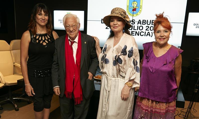 Irene Villa acompaña al Padre Ángel en la presentación del 'Día de los Abuelos'