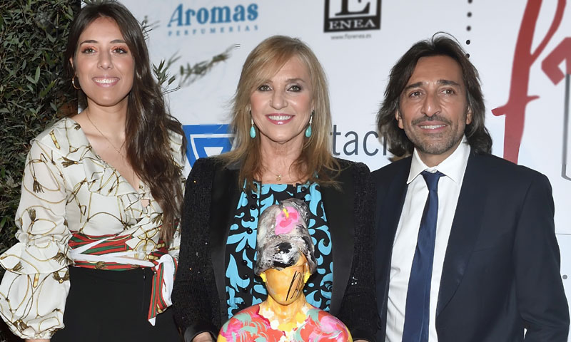 Mariola Orellana recibe un premio muy especial, arropada por su familia