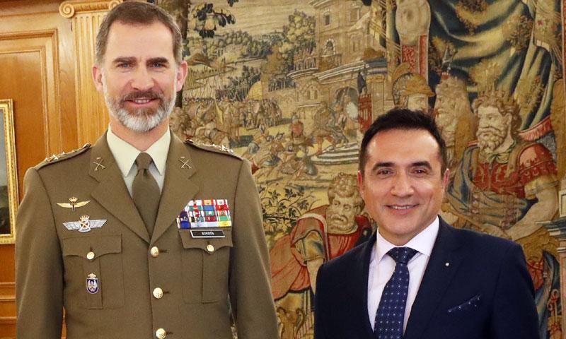 El rey Felipe VI contempla el retrato del artista Antonio Montiel
