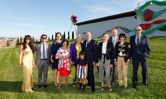 Bodegas Avelino Vegas celebra el centenario de su fundador con una escultura de Cristóbal Gabarrón