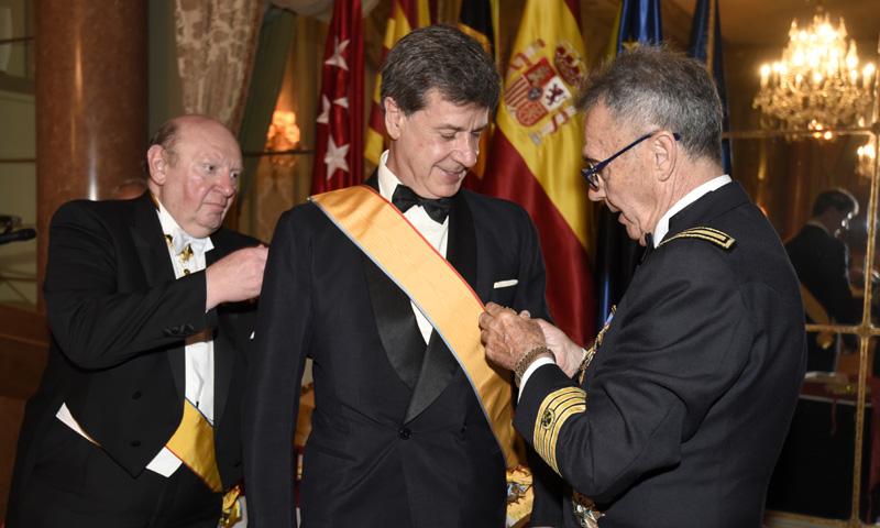 Cayetano Martínez de Irujo, condecorado por la Institución del Mérito Humanitario
