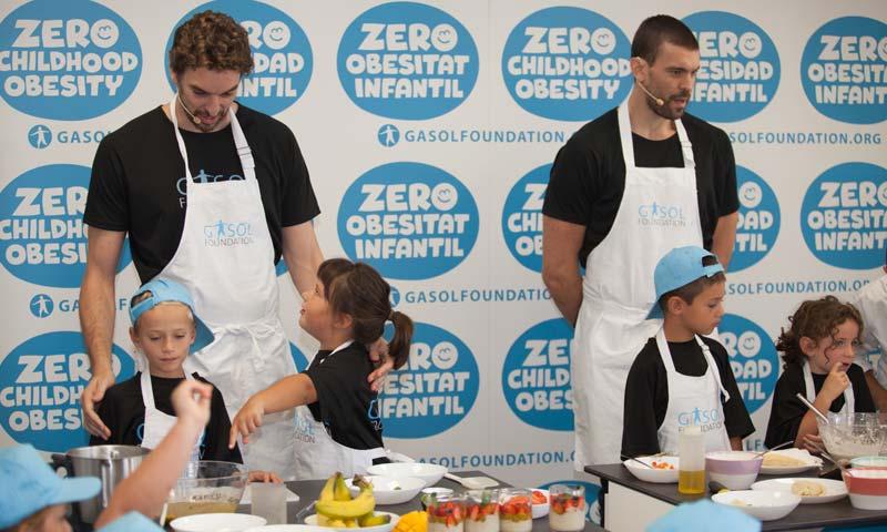 Marc y Pau Gasol enseñan a comer a los niños con la ayuda de Joan Roca