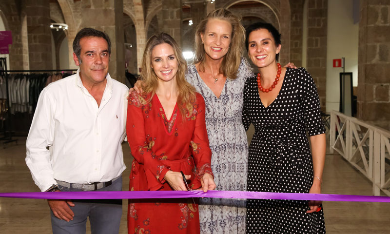 Genoveva Casanova inaugura un rastrillo solidario en Barcelona