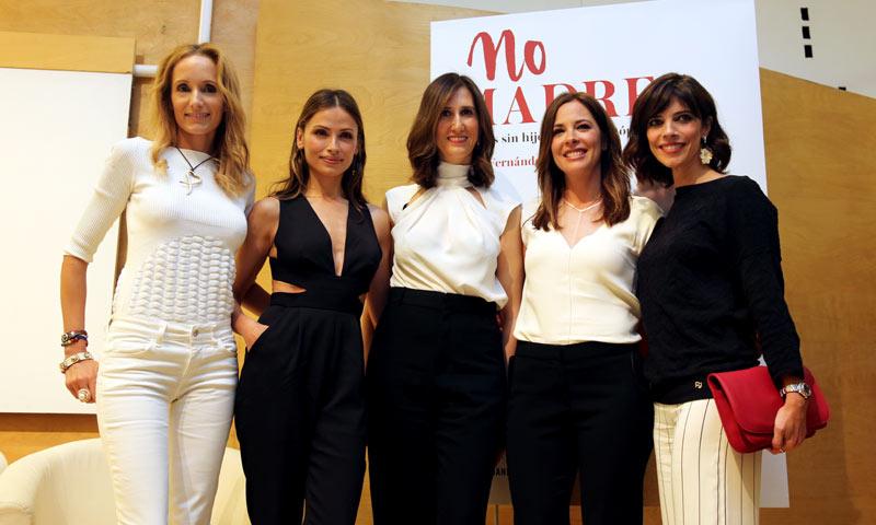 María Fernández-Miranda presenta su libro 'No madres' rodeada de mujeres