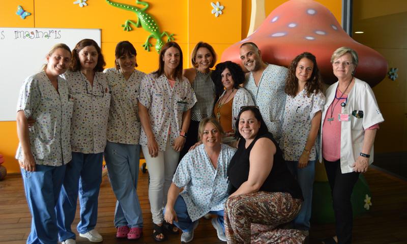 Risas, juegos y bromas en la visita de Chenoa a los niños del Hospital Son Espases