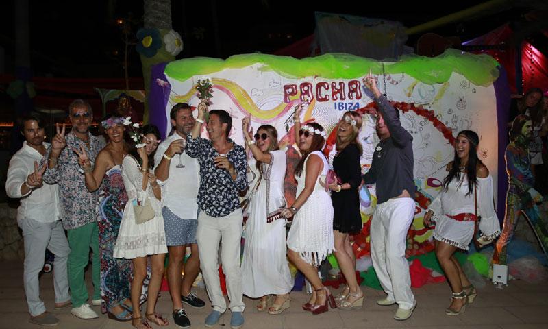 La 'Flower Power' de Puerto Portals llena de color la isla balear