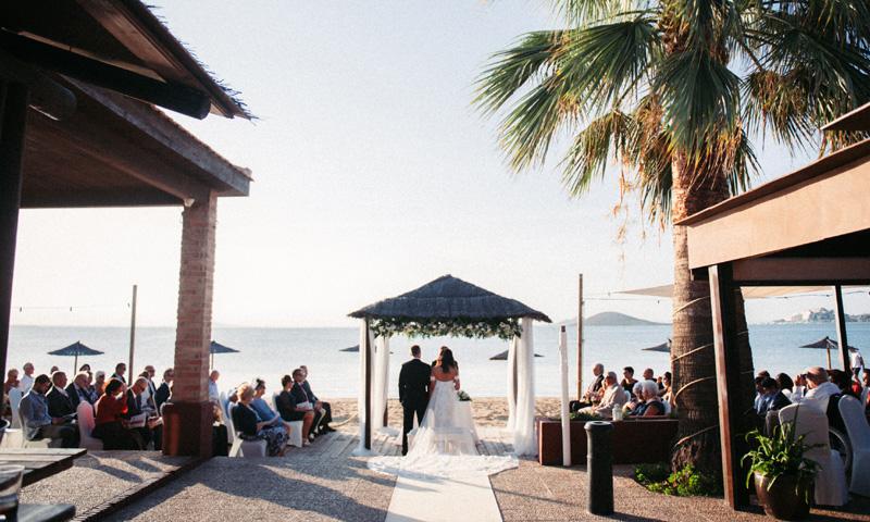 Mónica y Andy, una boda en el Mar Menor con sabor caribeño