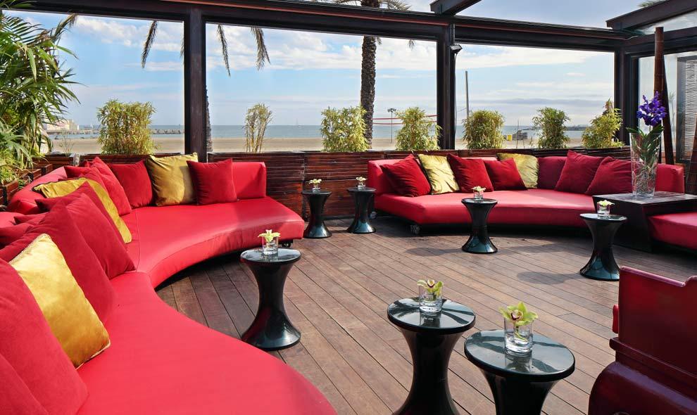 Estas son las terrazas que arrasan este verano for Muebles terraza barcelona