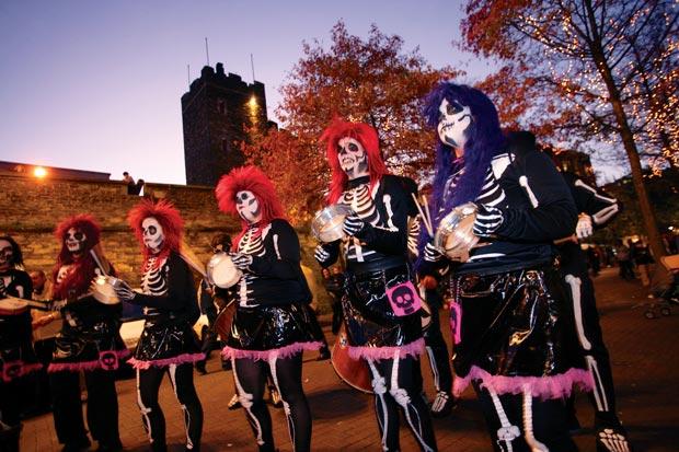 Desfile de fantasmas y castillos encantados para la noche más terrorífica