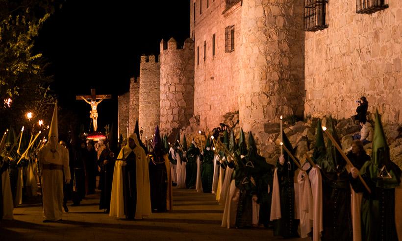 Ávila: Un Vía Crucis muy emotivo que busca el alba recorriendo la Muralla