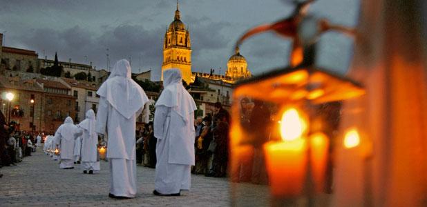 Salamanca: Noche de faroles con la ciudad y la silueta de la Catedral de fondo