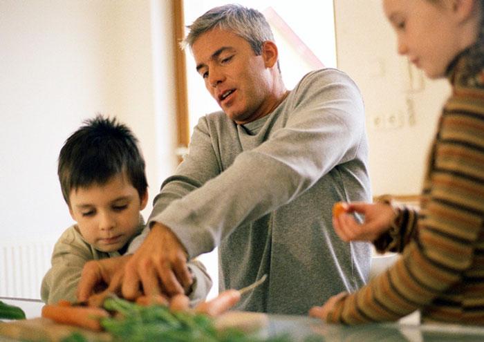 Padre e hijo, socios en la cocina