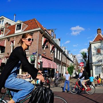 Por los canales de Ámsterdam sobre dos ruedas, porque las bicis son para la primavera