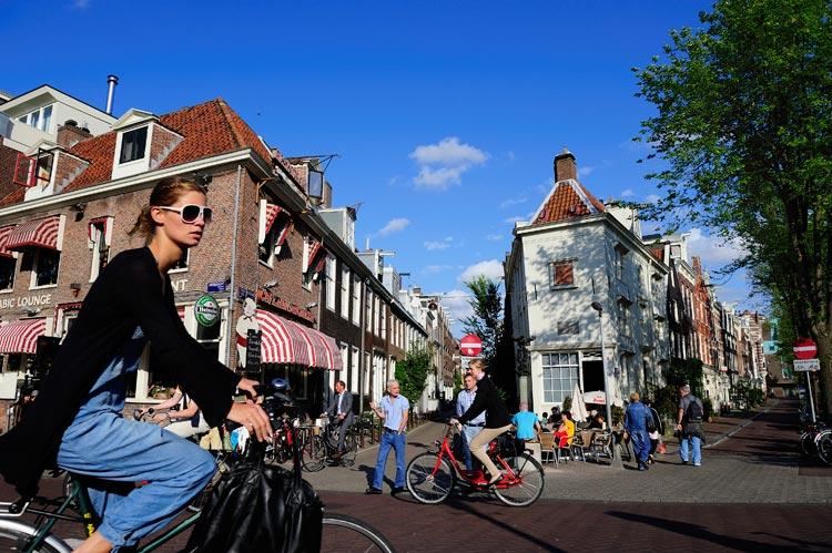 Por los canales de Ámsterdam sobre cuatro ruedas, porque las bicis son para la primavera