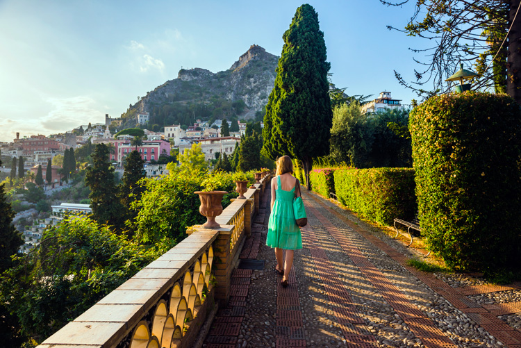 Cómo disfrutar de la vida es bella en Taormina, la joya que cautivó a Audrey Hepburn