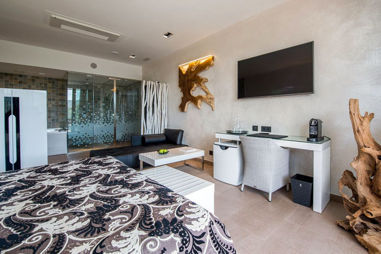 ¿Y alojarte en una suite de diseño con jacuzzi?