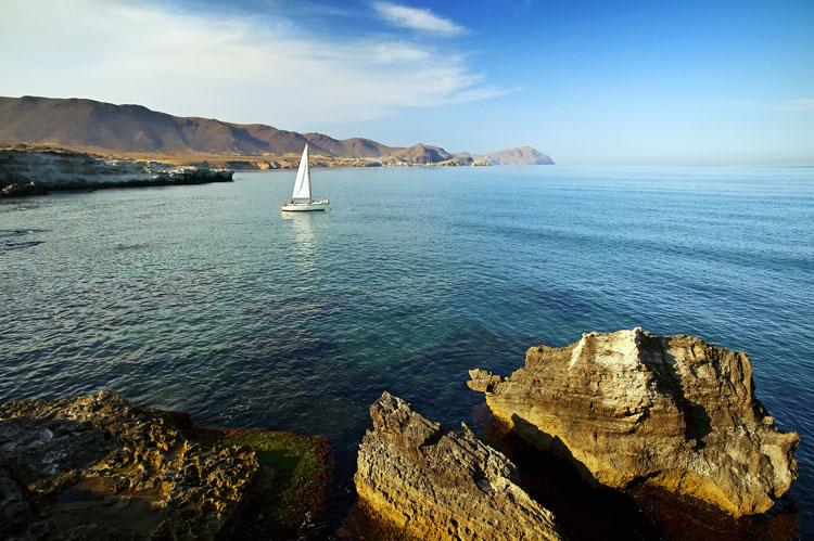 ¿Y si pruebas la experiencia de navegar en velero por el Cabo de Gata?
