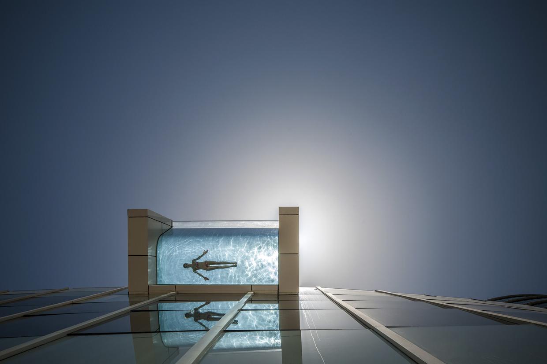 El lujo de nadar en una piscina con el suelo de cristal for Piscinas sobre suelo