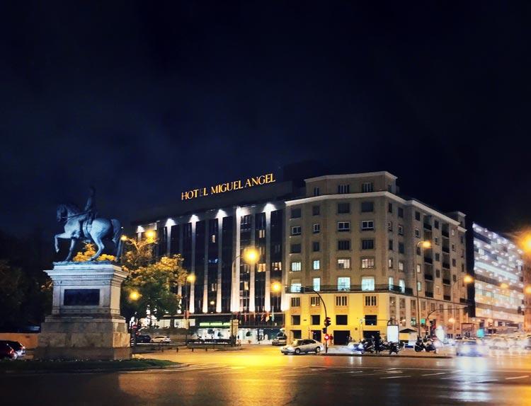 C mo pasar unas navidades de lujo en el centro de madrid for Fachadas de hoteles de lujo