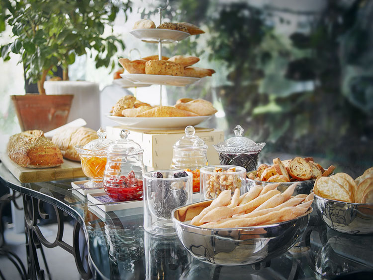 la propuesta gastronmica est firmada por el chef dos estrellas michelin ramn freixa y se ofrece a huspedes visitantes y habitantes de la urbe